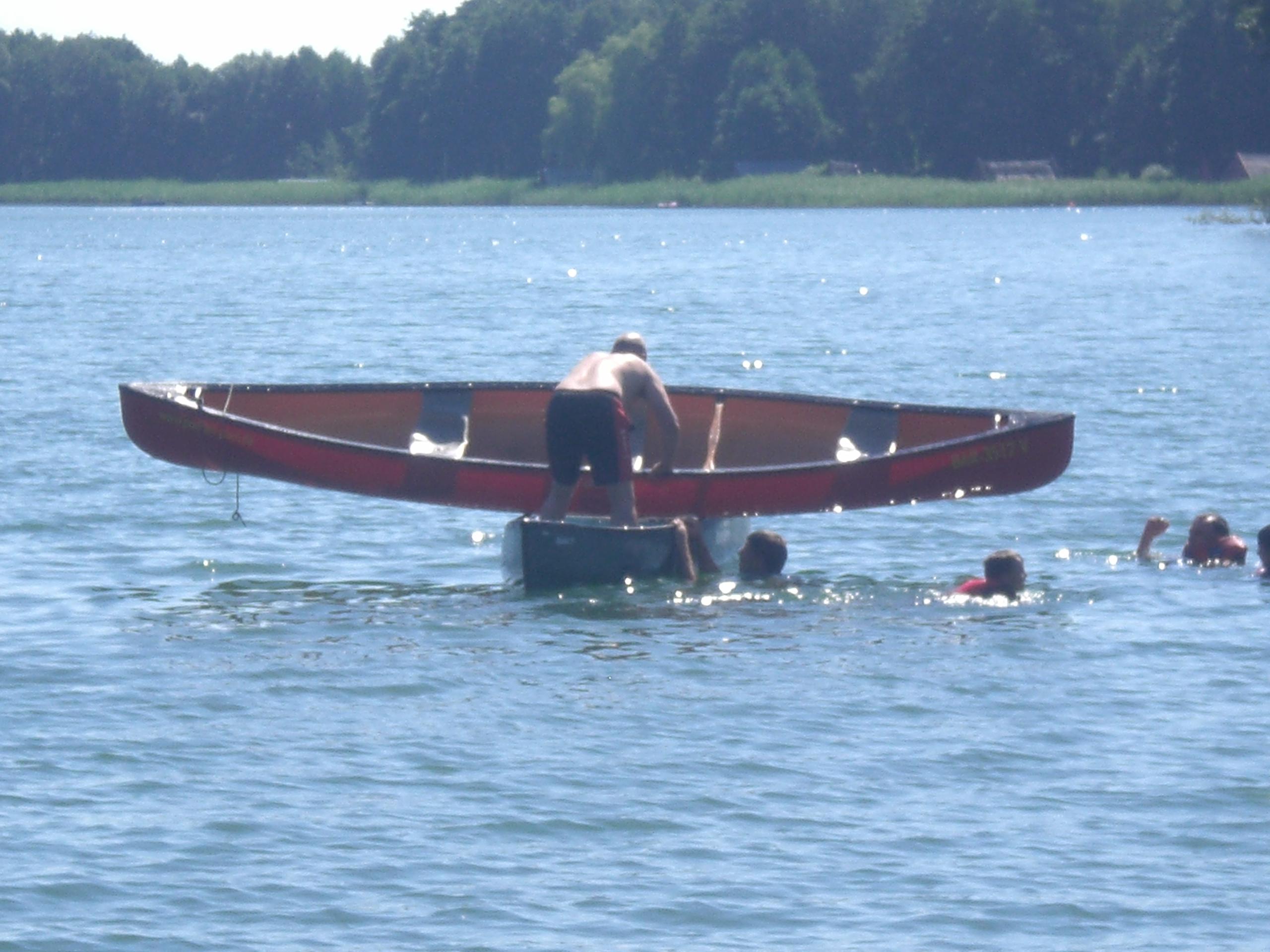 Kanu bergen auf dem Wasser